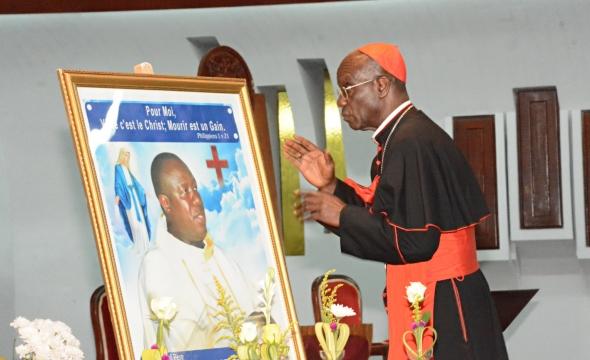 Amen, amen, je vous le dis : si le grain de blé tombé en terre ne meurt pas, il reste seul ; mais s'il meurt, il porte beaucoup de fruit.